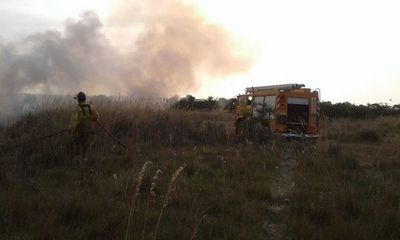 Bomberos instan a evitar quema de pastizales