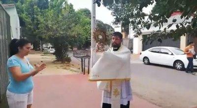 Sacerdotes recorren las casas porque los fieles no pueden ir a misa