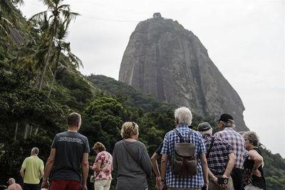 Río de Janeiro comienza a recluirse luego de días de playas repletas