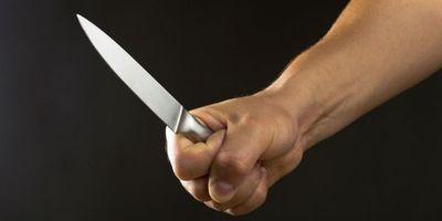Celoso hombre arremete cuchillo en mano contra una mujer al verla bajar del auto de otro caballero
