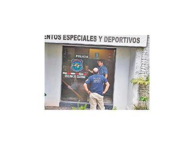 Imputan a Aquiles Báez por agredir a vecino y policías y romper un blindex