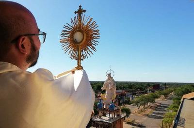Concepción: Sacerdote bendice las calles con el Santísimo Sacramento ante el Coronavirus