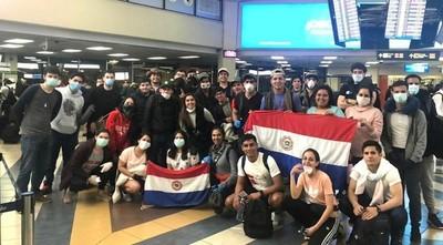 Llegan 61 paraguayos de Panamá y otros 100 vienen del Brasil