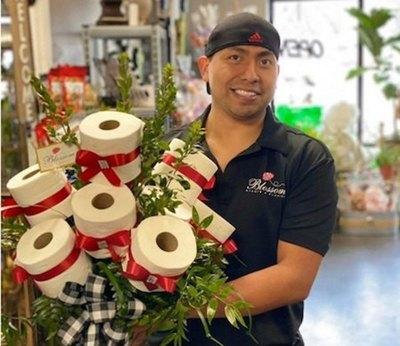 Florería ojapo feroz arreglo con flor de papel higiénico