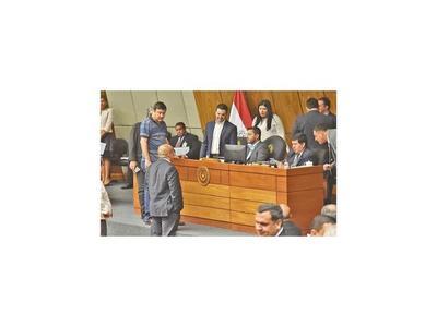 Diputados recortan gastos superfluos y entregan vehículos