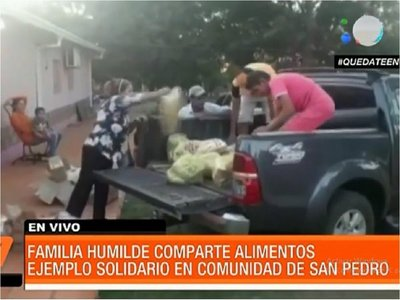 Familia reparte víveres a sus vecinos más humildes en Santaní