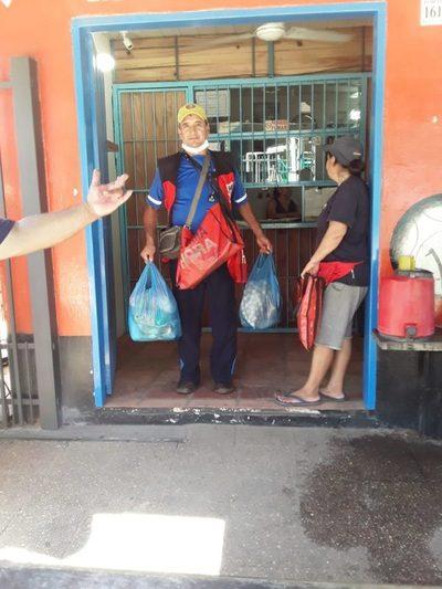 Agencia de diarios cierra hasta el lunes y entregó víveres a sus vendedores