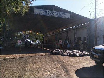 Paraguayos varados en Puente de la Amistad, albergados en un tinglado