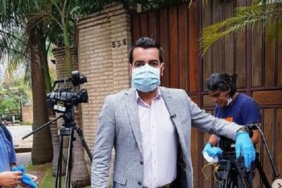 Con tapabocas y guantes, Gualdir Domínguez fue a hacer una entrevista