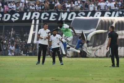 Adebayor: cuatro partidos, una expulsión y ningún gol
