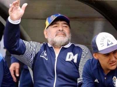 """Maradona le manda """"fuerza"""" al exportero Gatti, ingresado por coronavirus"""
