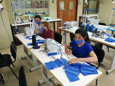 Instructoras del SNPP confeccionan tapabocas y kits para médicos