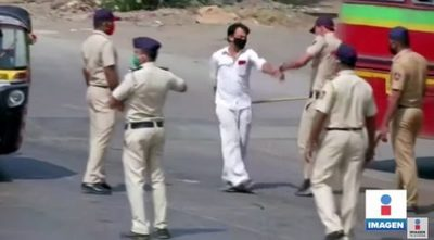 India: Policías obligan a respetar la cuarentena a los golpes