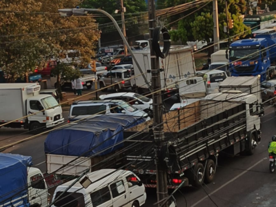 Controles más estrictos para el ingreso al Mercado de Abasto generan caos vehicular