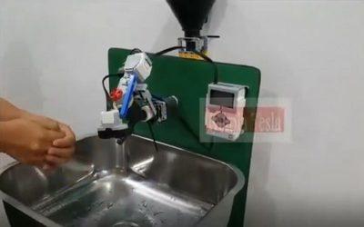 """Capiatá: crean """"robot"""" para lavarse las manos si tocar la canilla"""