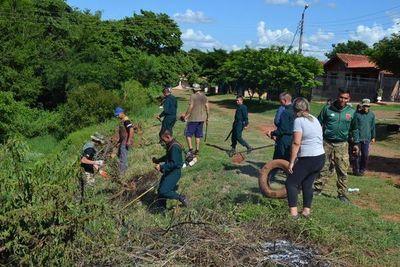 Con ayuda de personal militar, vecinos realizan minga ambiental