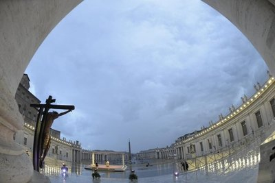 Papa bendice al mundo pidiendo el fin del coronavirus