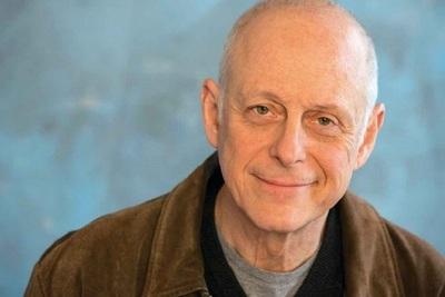 Muere actor de 'You' tras enfermar de coronavirus