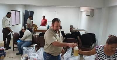 Funcionarios de ANDE preparan kits solidarios