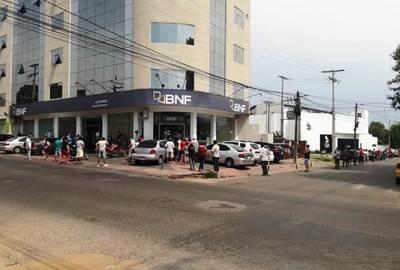 Aglomeración frente a BNF de Luque •