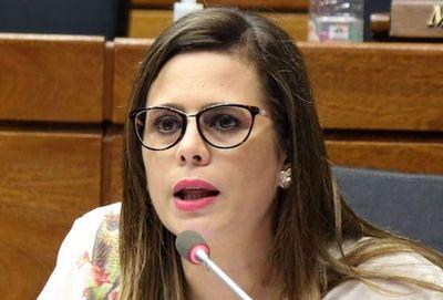 Kattya González pide recorte de privilegios