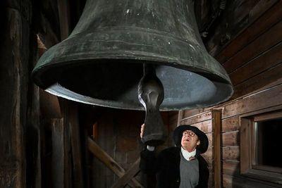 Antigua campana repica contra el virus