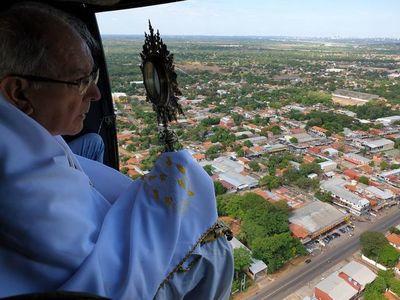 Bendición aérea sobre población en cuarentena por coronavirus