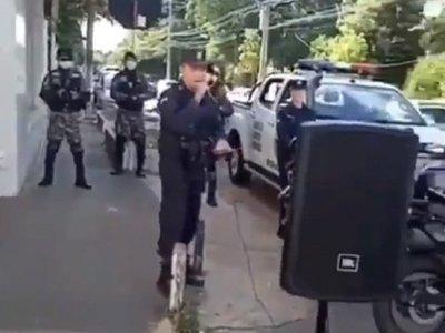 """VIDEO: El policía que cantó """"¡qué bonita es esta vida!"""""""