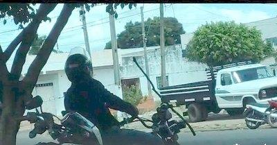 Motocas pasan nomás por debajo del alambre en PJC