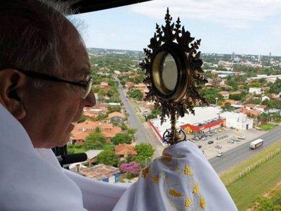 Inédita bendición aérea conmovió a fieles