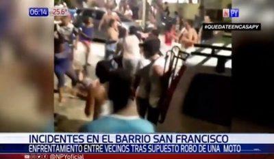 Batalla campal se desata en barrio modelo por robo de moto