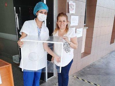 Donan separadores acrílicos para cuidar salud de los doctores