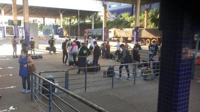Más de 100 paraguayos esperan ingresar al país