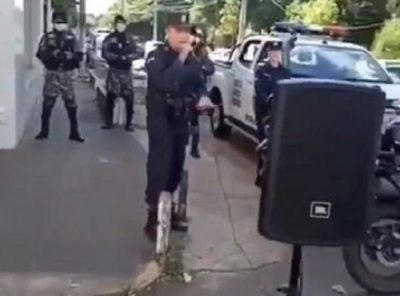Policía sale a cantar en Villarrica durante cuarentena