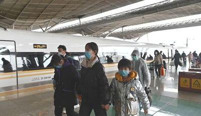 Wuhan vive aún entre el miedo y la cautela con pocas tiendas abiertas