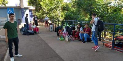 Otro grupo de paraguayos aguarda para ingresar al país