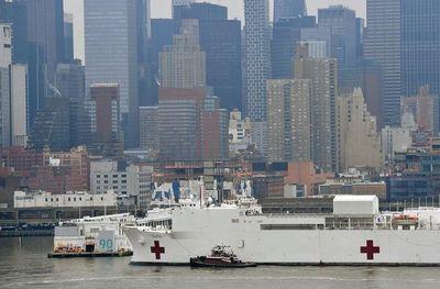 Nueva York recibe buque hospital mientras la pandemia se acelera en EE.UU.