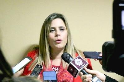 Si el presidente decreta topes a salarios, quedará antecedente para establecerlo por ley, afirma Kattya