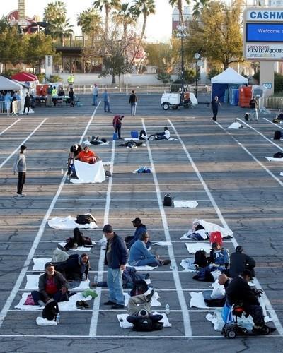 Indigentes duermen en estacionamiento en Las Vegas
