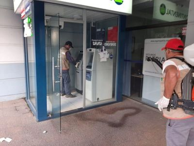 Desinfectan cajeros automáticos tras acreditación de salarios