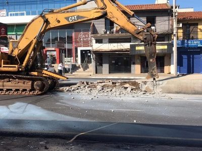 MOPC comienza a demoler estructuras del fallido metrobús