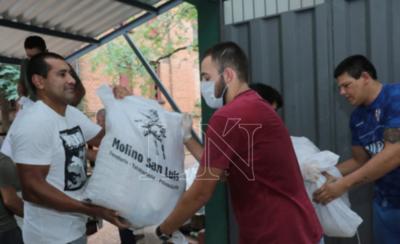 HOY / Futbolistas de Libertad se unen a la red solidaria y acercan víveres a la Pastoral Social Arquidiocesana