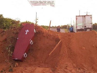 Con ataúdes y arena cierran el acceso a Ayolas