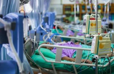 Paciente con coronavirus muerde en la cara a una enfermera para escapar de la cuarentena