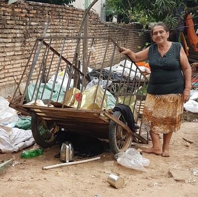 Es recicladora y tiene a 14 miembros de su familia bajo su techo