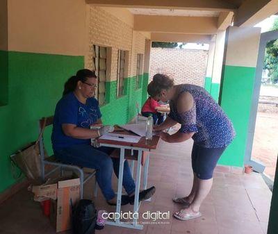 Entregan leche en escuela y padres expresan apoyo a directora