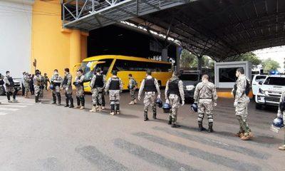 Compatriotas varados en zona primaria serán llevados a un centro militar