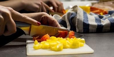 Cocineros elaboran alimentos para personas vulnerables