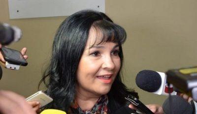 Senadora dice que pagó viaje a Perú con su dinero