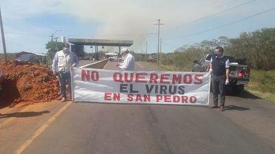 Sampredranos bloquean ruta en 25 de Diciembre